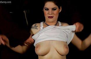 Wanita cantik dengan kaus video free porn jepang kaki oranye menunjukkan bokongnya.